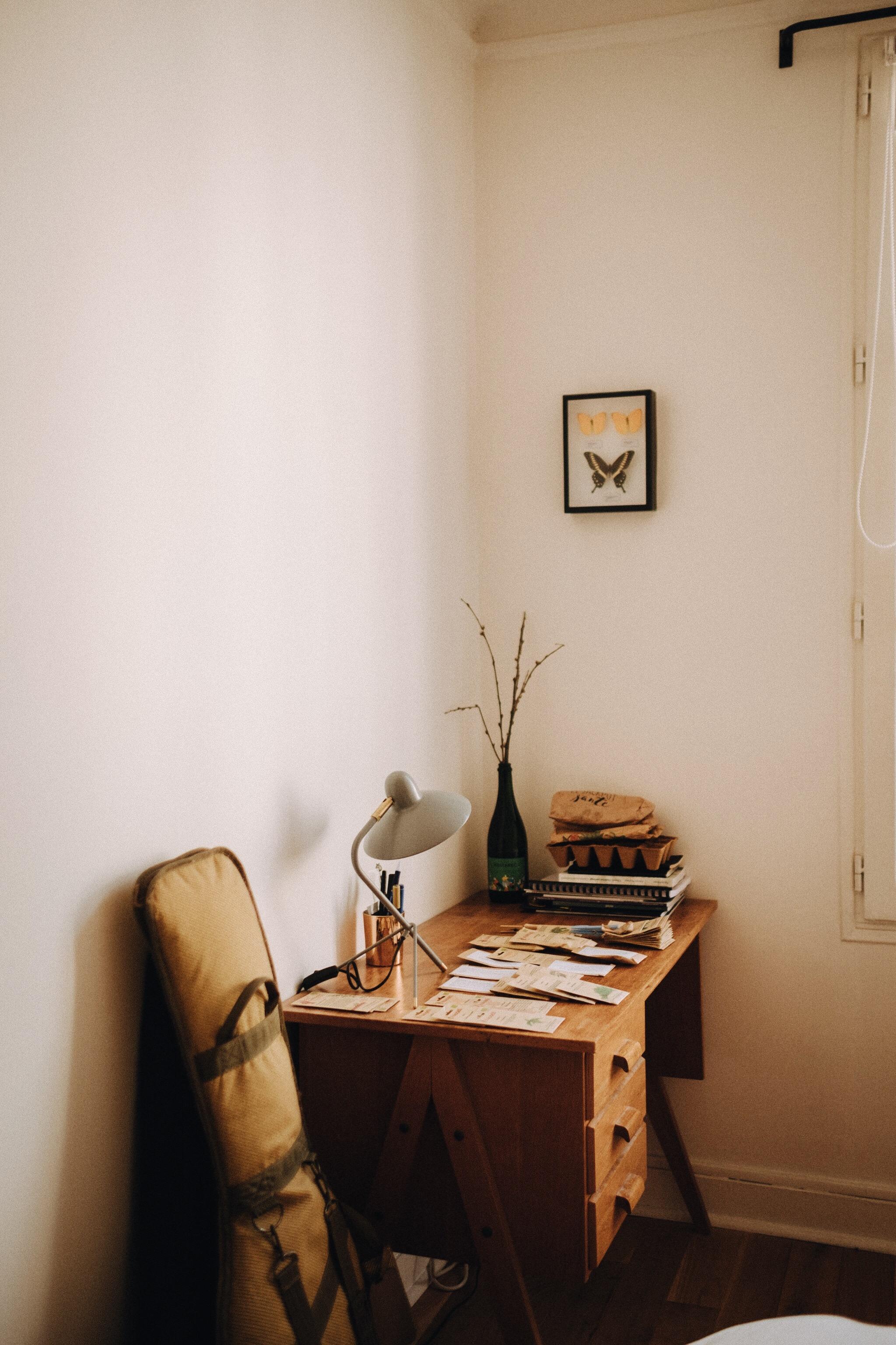 - 3 cantines / cafés où tu aimes te rendre à Paris ?Ma cantine de coeur, celle où je pourrais passer mes journées, c'est le restaurant Le Desnoyez du chef Jean-Marc Sinceux à Belleville. Un établissement grand comme un mouchoir de poche qui laissent tous les effets de mode sur le pas de la porte ! Et sinon, j'adore passer du temps chez Mokonuts. Moko Hirayama et son mari, Omar Koreitem sont solaires. Prendre un petit-déjeuner ou un goûter dans leur établissement, c'est l'assurance de repartir avec un shot de bonne humeur. Et sinon, j'adore travailler au Hood, un coffee-shop en bas de chez moi.