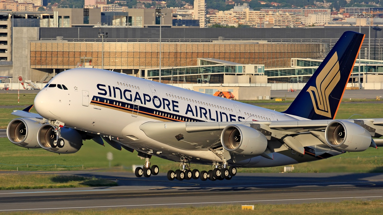 A Singapore Airlines A380 taking off at Auckland International Airport, photo from airlinehubbuzz.com
