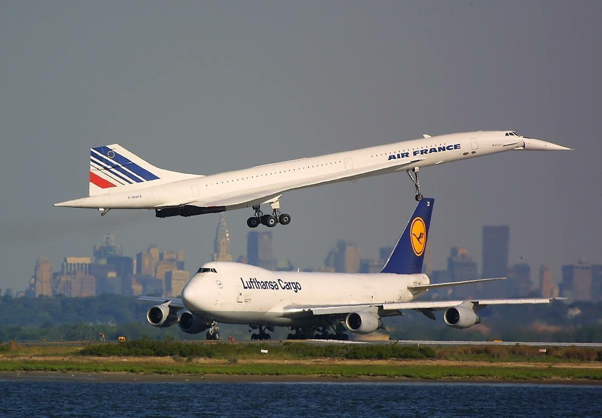 An Air France Concorde in flight next to a Lufthansa Cargo 747, photo from T S, pinterest