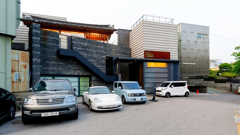 The HyundaiCard Design Library in Bukchon, photo from  rjkoehler