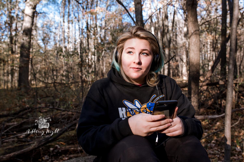 Girl-on-phone-photography-senior.jpg
