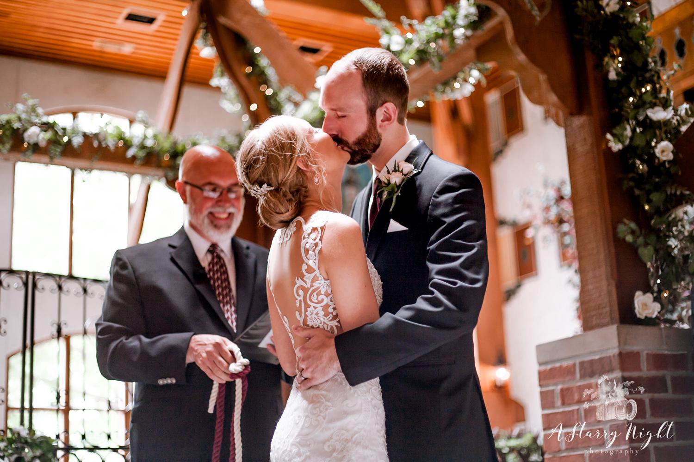 Kiss-the-bride-Baravian Lodge