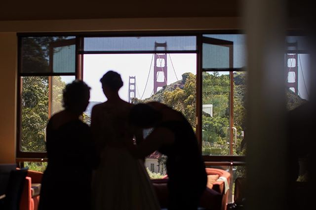 A spectacular setting to get this lovely bride ready for such a special day ❤️ #goldengatebridge #cavallopoint  @2the9sevents @hunt_littlefield @cavallopoint @quissy