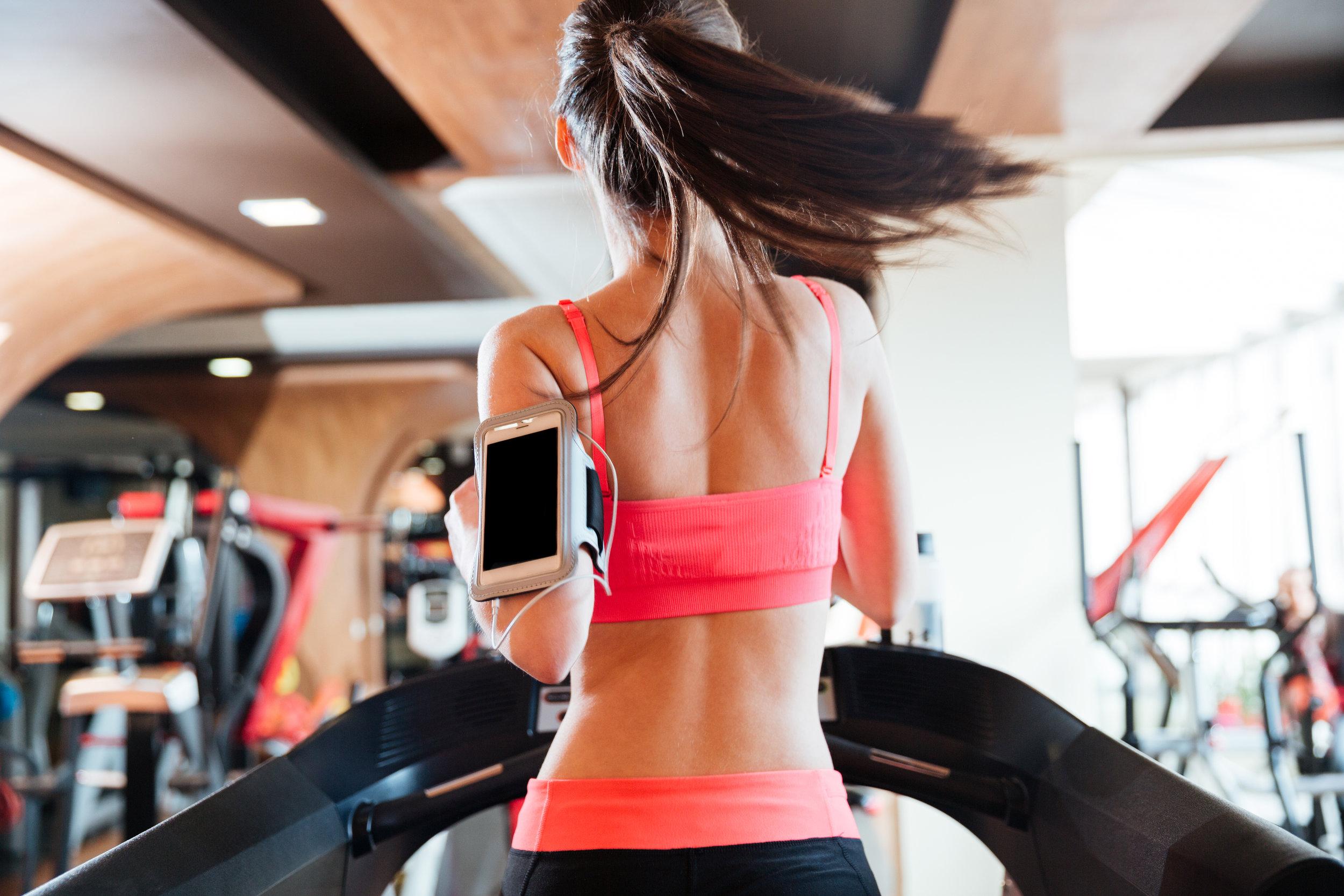 woman-athlete-with-balnk-screen-smartphone-PH7U4RV.JPG