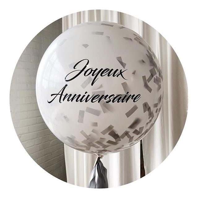 Le ballon parfait pour souligner un anniversaire! 🎉  Ballon transparent rempli de confettis • Ballon géant • Écriture personnalisée • Guirlande faite à la main • 85$
