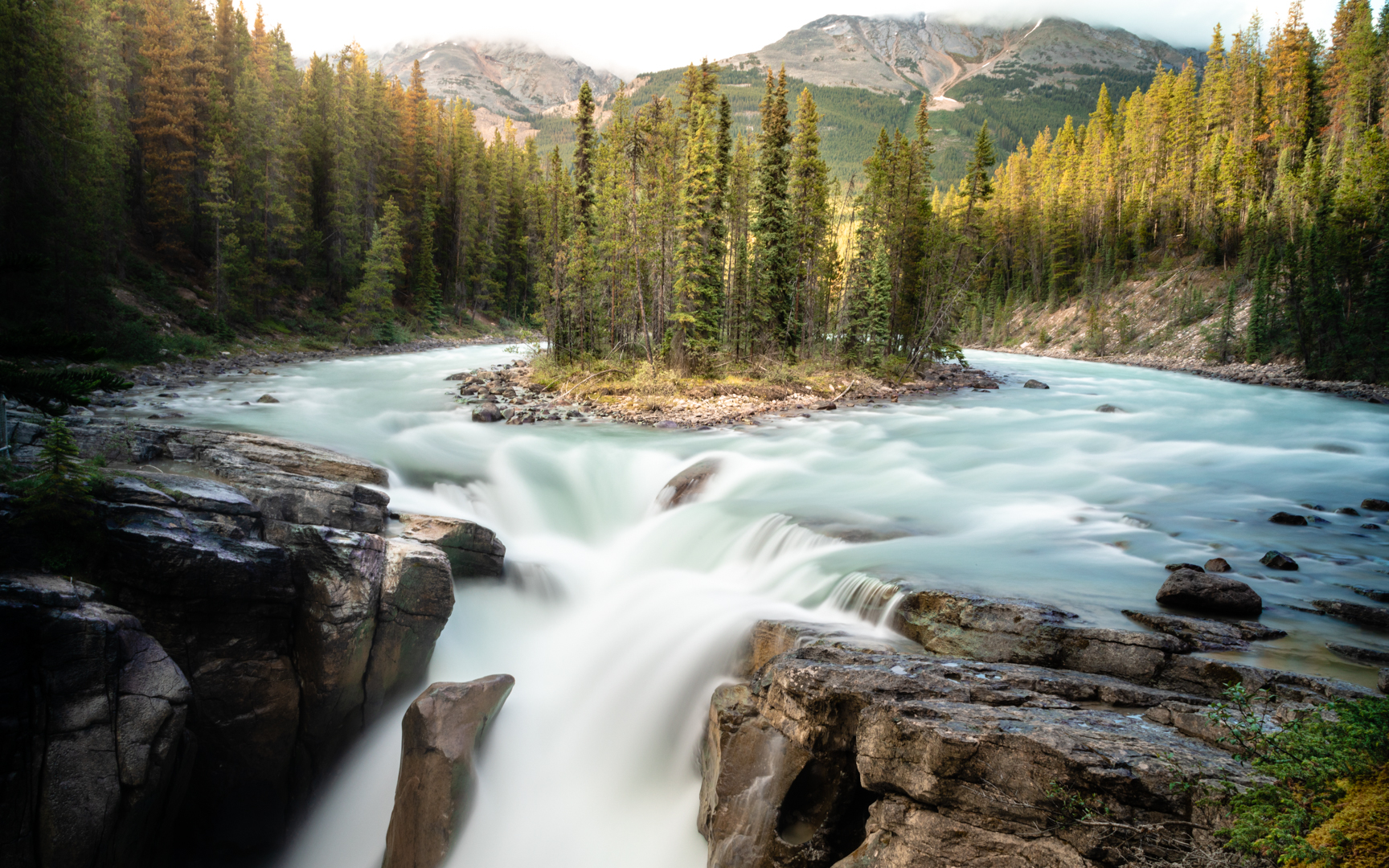We still can't stop talking about Canada. The Canadian Rockies have breathtaking scenery, like Sunwapta Falls, at every turn!