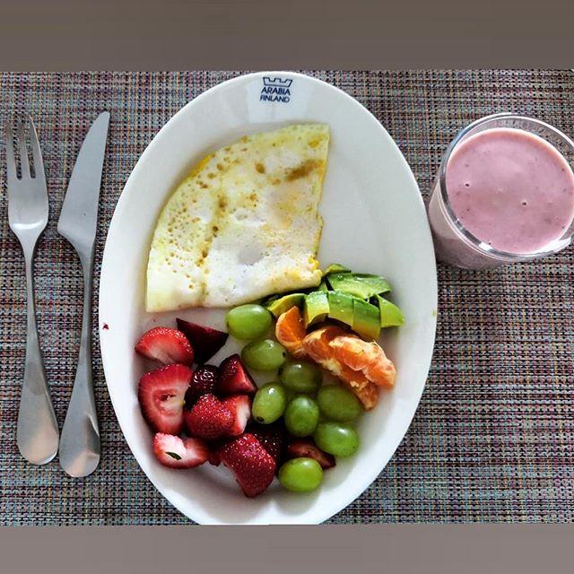 Aamupala näytti tänään tältä 😍☀️ Maistuisko kuvan setti sulle? Mitä sä yleensä syöt aamulla? Itellä tää on melkein vakio, eikä uudet vinkit ois yhtään pahitteeksi! . . . #aamupala #breakfast #bfast #rennosti #rentoryturku #eatyourgreens #smoothie #healthy #healthyfood #delicious #themostimportantmeal #eggs #fruit #berries #kylläjaksaa #uimaopettaja #uimaopetus #personaltraining #personaltrainer #turku #turkuliikkeelle