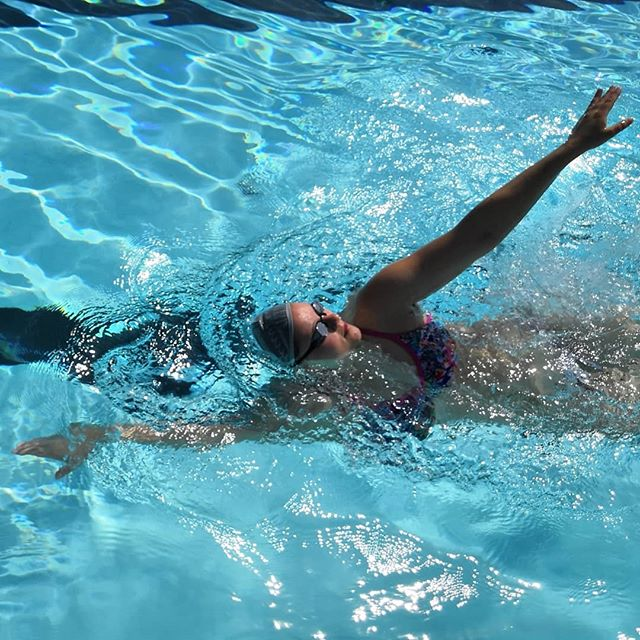 """Tänäänkin oli Irenellä Samppispäivä 😍 Ootko ajatellut, että selkää uidaan suorilla käsillä? """"Koukku alkuun"""", kuten jokainen mun opissa mitä tahansa uintilajia oppinut tietää 🙈 Ekassa kuvassa haetaan otetta ja tokassa se on saatu alun koukistuksen avulla 💪🏽 . . . #liikunnanohjaaja #liikunnanohjaajaamk #haagahelia #uinti #uimaopettaja #uimaopetus #uimaope #yksityisopetus #selkäuinti #samppalinnanmaauimala #maauimala #samppalinna #turku #turkuliikkeelle #rennosti #swimming #swimmer #swimmingteacher #learntoswim #backstroke"""