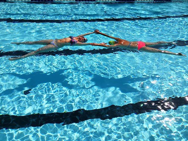 Tällä viikolla on vietetty uimataitoviikkoa! Vasemmalla kelluva (Irene) on viettänyt altaalla tänä vuonna aikaa n. 500h, opettaen uintia aivan alkeista lähtien lapsille ja aikuisille, tuoden uusia aikuisharrastajia lajin pariin, hioen tekniikkaa jo perusteet osaaville sekä valmentaen nuoria kilpauimareita✌🏼 Reilu 500h tässä vaiheessa vuotta on aika paljon, joten uimataitoviikkoa vietetään mun elämässä joka viikko! 💪🏽 Ps. Kellua kun osaat molemmin päin, on sulla hyvät edellytykset oppia uimaan teknisesti oikein! En tiedä miks tässä kuvassa meidän kellunnat näyttää siltä, et kädet olisivat kokonaan pinnan yläpuolella, mutta niin ei kellunta suju, vaan jalat lähtevät uppoamaan 🤷🏽♀️ . . . #liikunnanohjaaja #liikunnanohjaajaamk #haagahelia #uinti #uimaopettaja #uimaopetus #uimaope #uimari #uimarit #triathlon #turku #turkuliikkeelle #rennosti #samppalinnanmaauimala #maauimala #samppalinna #swimming #learntoswim #swimmer #swimmingteacher #uimataitoviikko #uimataitoviikko2019