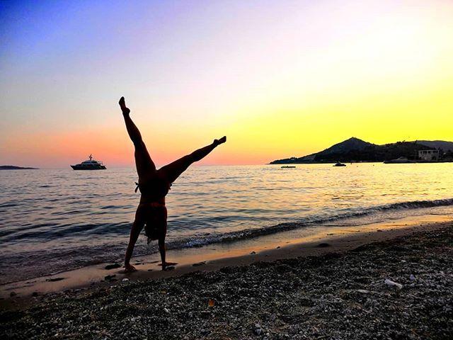 Tee kaikkea sitä, mistä nautit ❤️ Elä hetkessä🌅 Älä mieti, mitä muut ajattelevat 💎 Ps. Ensi viikolla töiden pariin! . . . #beyourself #beunique #live #love #loveyourself #croatia #vacation #cartwheel #beach #havefun #liikunnanohjaaja #liikunnanohjaajaamk #uimaopettaja #uimaopetus #uimaope #uimari #kalakuivallamaalla #rakkaudestalajiin