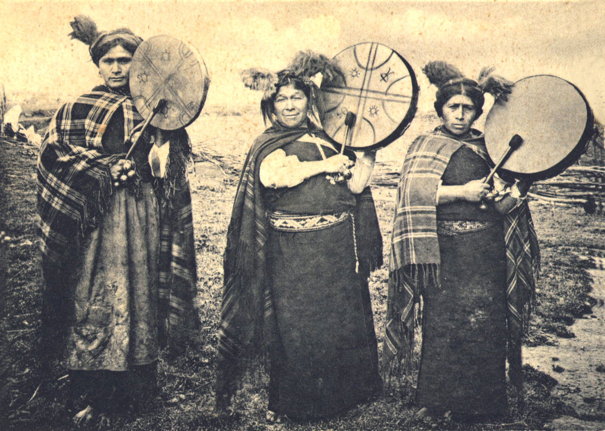 1200px-Mapuche_Machis.jpg
