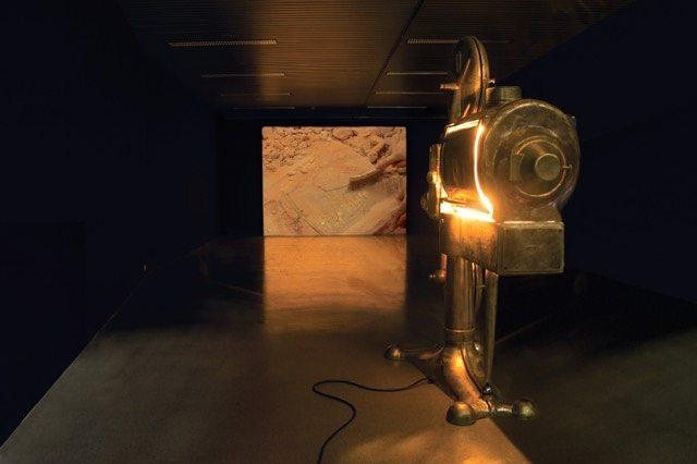 VRIJDAG 29 DECEMBER:   20u30 - 5 euro (enkel avondkassa)    PROJEKTOR   (YU/BE, 2017, 35mm, 17')   Na de Tweede Wereldoorlog was er een nieuwe belangstelling voor cinema in Joegoslavië en werd de opdracht gegeven aan het bedrijf Iskra om massaal projectors te produceren. De Iskra NP-21 projector is een reliek, een monument van zijn tijd geworden. 'Projektor' brengt het maken van een replica in beeld. Van elk onderdeel wordt een mal gemaakt, om vervolgens in brons te worden gegoten. Dušica Dražić (º1979) and Wim Janssen (º1984)maakten een ode aan vakmanschap en handwerk doorheen de twintigste eeuw.