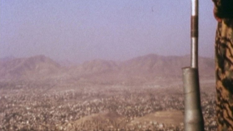 NL / 'Ariana' (2004, 19')  vertelt het verhaal van een filmploeg die de Pandjshêr-vallei bezoekt in Noord-Afghanistan. Een staat, waar het landschap heeft toegestaan dat de geschiedenis haar gang kon gaan. De film wordt het verhaal van een mislukt project, een reflectie over het 'panorama' als vorm van strategisch uitzicht, de camerabeweging, en zijn oorsprong als pre-cinematisch massa-entertainment.   EN / 'Ariana' (2004, 19')  tells the story of a film crew who visits the Pandjshêr Valley in the North of Afghanistan. A state, where the landscape has allowed history to follow its course. The film becomes the story of a failed project, a reflection on 'panorama' as a form of strategic view, camera movement and its origins as pre-cinematic mass entertainment.