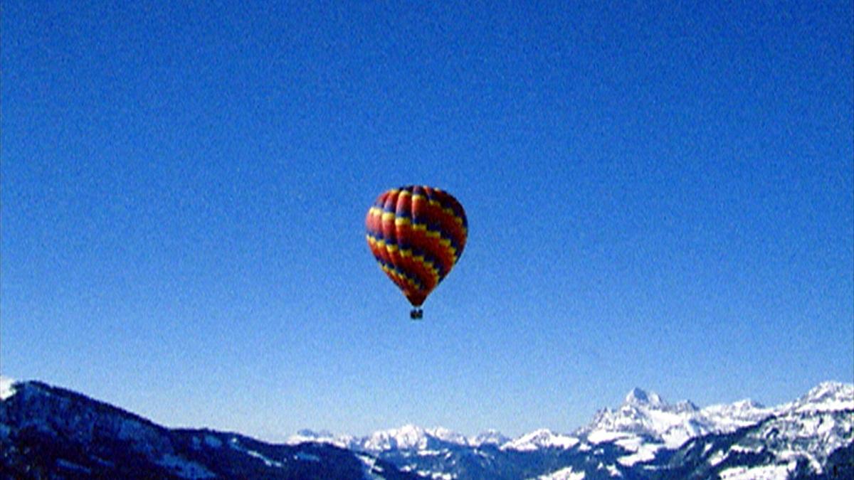 NL / 'The Last Tour' (2004, 14')  is een fictieve actie die zich afspeelt aan het einde van het 'Tijdperk Van Spektakel'. Wanneer toeristische attracties en natuurlijke sites door proactieve wetten worden gereguleerd, met gelimiteerde toegang voor bezoekers en beperkte uitzichten, waardoor deze bijna onzichtbaar worden. De toeschouwer begint aan zijn laatste tour: een ballonvaart over het iconische Matterhorn in de Zwitserse Alpen. Een verwijzing naar een wereld voor het tijdperk van de ontdekkingen.   EN / 'The Last Tour' (2004, 14')  is a fictional action that takes place at the end of the 'Era Of Spectacle'. When tourist attractions and natural sites are regulated by proactive laws, with limited access for visitors and restricted views, which turns them almost invisible. The viewer begins his final tour: a balloon ride over the iconic Matterhorn in the Swiss Alps. A reference to a world before the era of big discoveries.