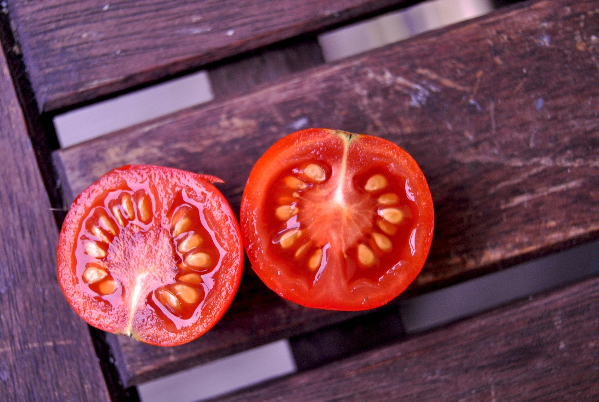 Tomato with seeds -927771_1920 (1).jpg