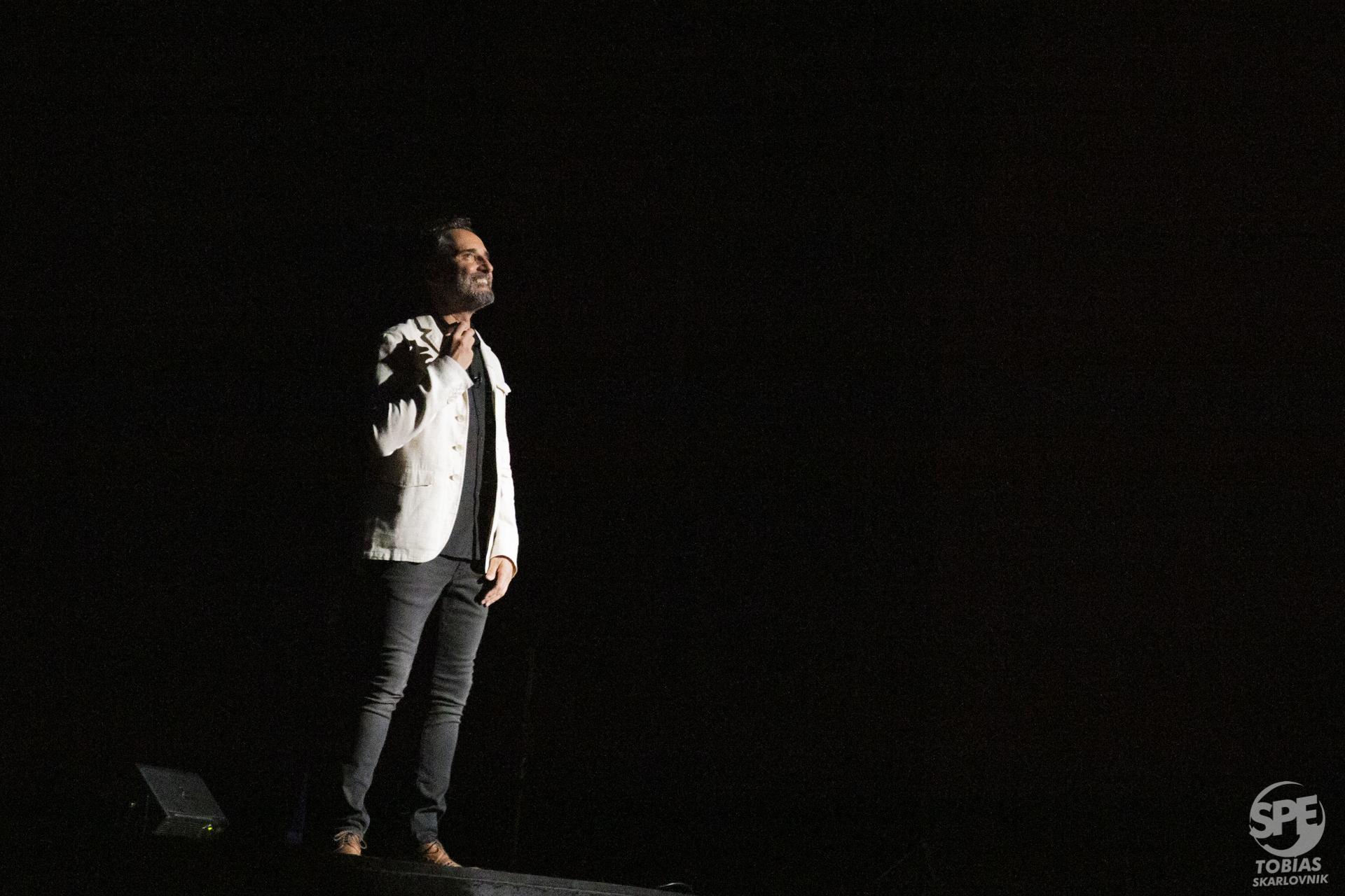 """El músico y compositor uruguayo Jorge Drexler toca la guitarra durante su concierto en el marco de la gira """"Siliente"""" en el teatro Gran Rex (Buenos Aires, Argentina) el Jueves 26 de septiembre de 2019. Drexler tiene varios premios Grammy, un oscar y a su vez recientemente editó """"Silencio"""", su ultimo disco. 26 de Septiembre de 2019. Foto de: Tobias Skarlovnik."""