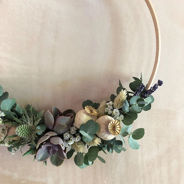 I love it when my couples think outside the box and go for something different. @jessiec_everydaymoments bridesmaids carried beautiful floral hoops in muted purples and greens.