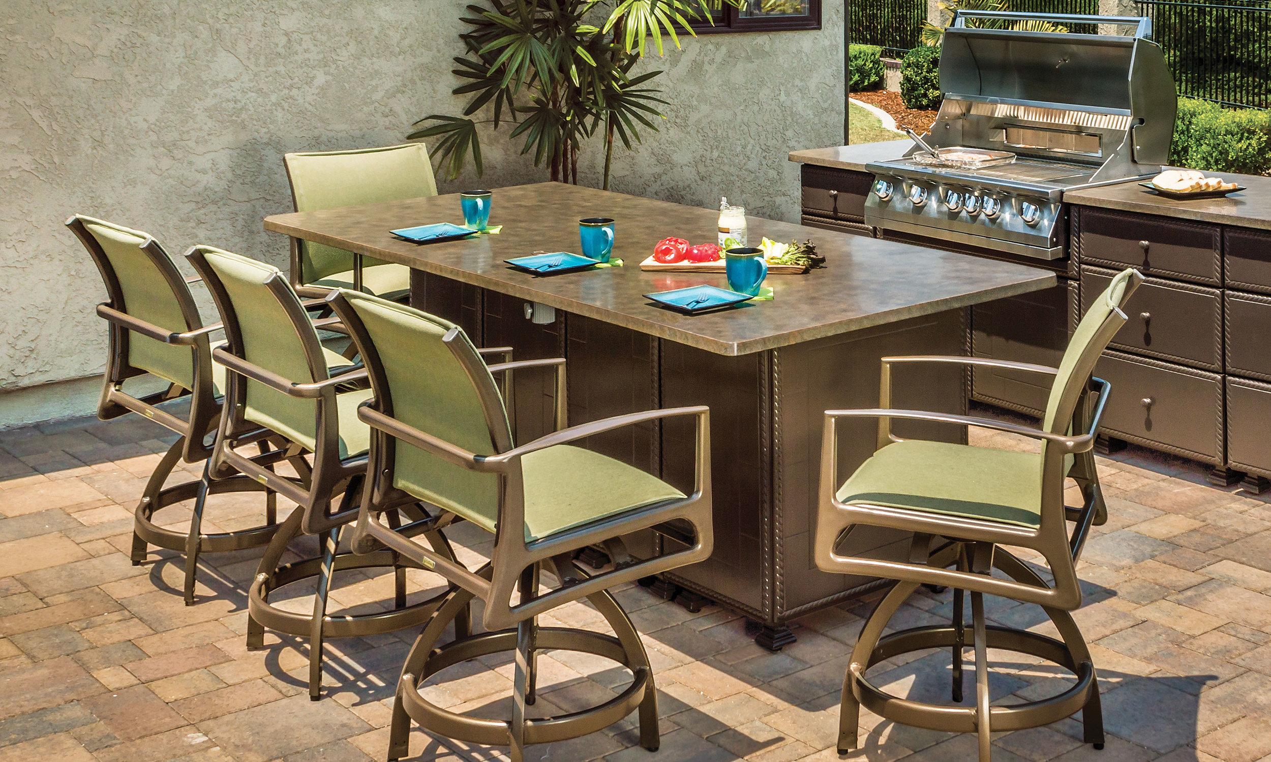 outdoor-kitchens_kitchen-islands_seating-island_10-l.jpg
