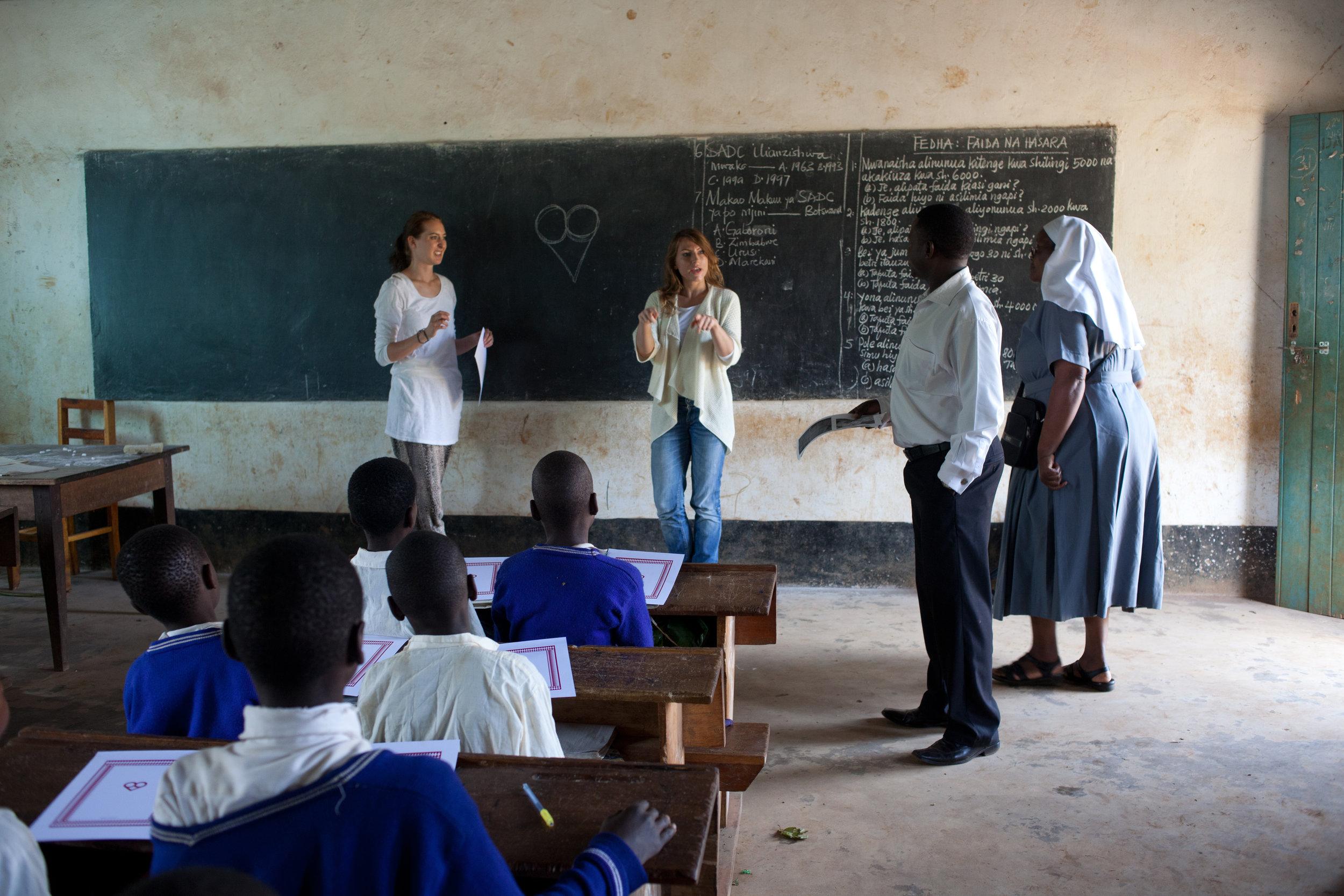 Nachhaltig - Wir bilden Schreiner und Schneiderinnen aus und finanzieren Waisen von der Grundschule bis zur Universität.