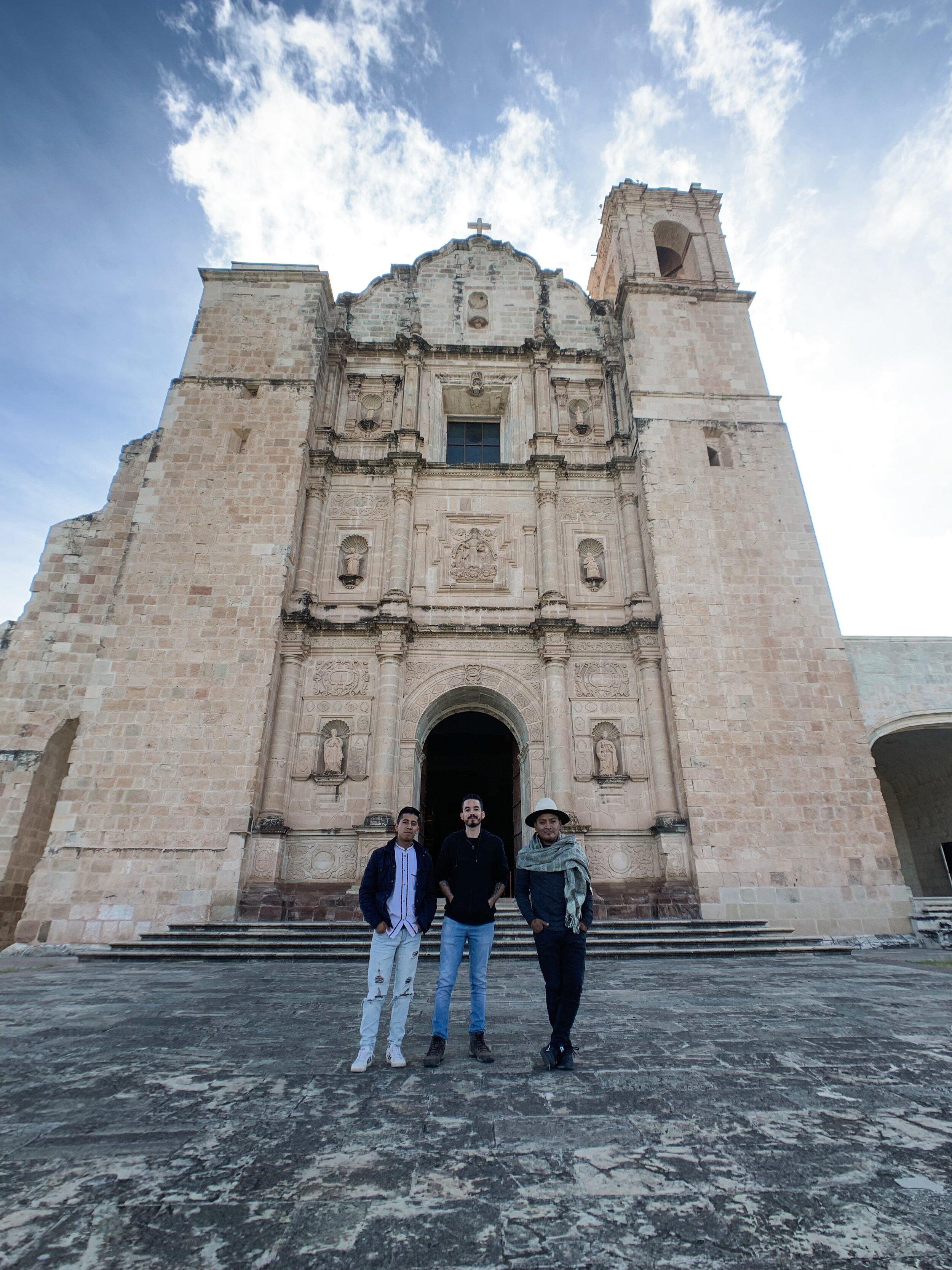 Osvaldo, Chava y Omar en el Templo en Yanhuitlan.