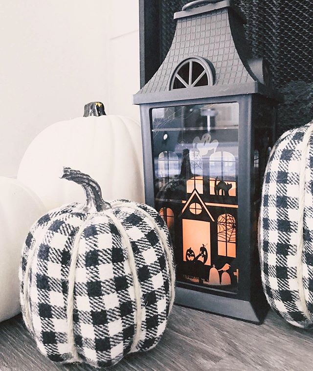 It's time to decorate for #halloween 🎃 • • • #halloweendecor #blackandwhitedecor #blackandwhitehalloween #buffalocheck #moderncountrystyle #pumpkins #halloween🎃