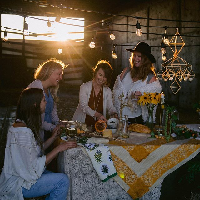 Happy Thanksgiving from our table to your ❤️🙏🏼🌾✨ @poppywynnflowerco , @barbara_rahal , @laurenmaryholistics , @salvage.bronze and @shantelle_louise_photography  I am grateful for the community I have grown over the last 3 years, for all of you who took an interest in my passion, who have attended workshops to learn a new craft, who have purchased a Himmeli, who have sent me well wishes, who have liked my posts, who have told someone about Himmeli and for the countless entrepreneurs I have met because of this little whim I took a chance on. I love you all with all my heart❤️ 📷 @barbara_rahal  #thankful #thanksgivingdinner