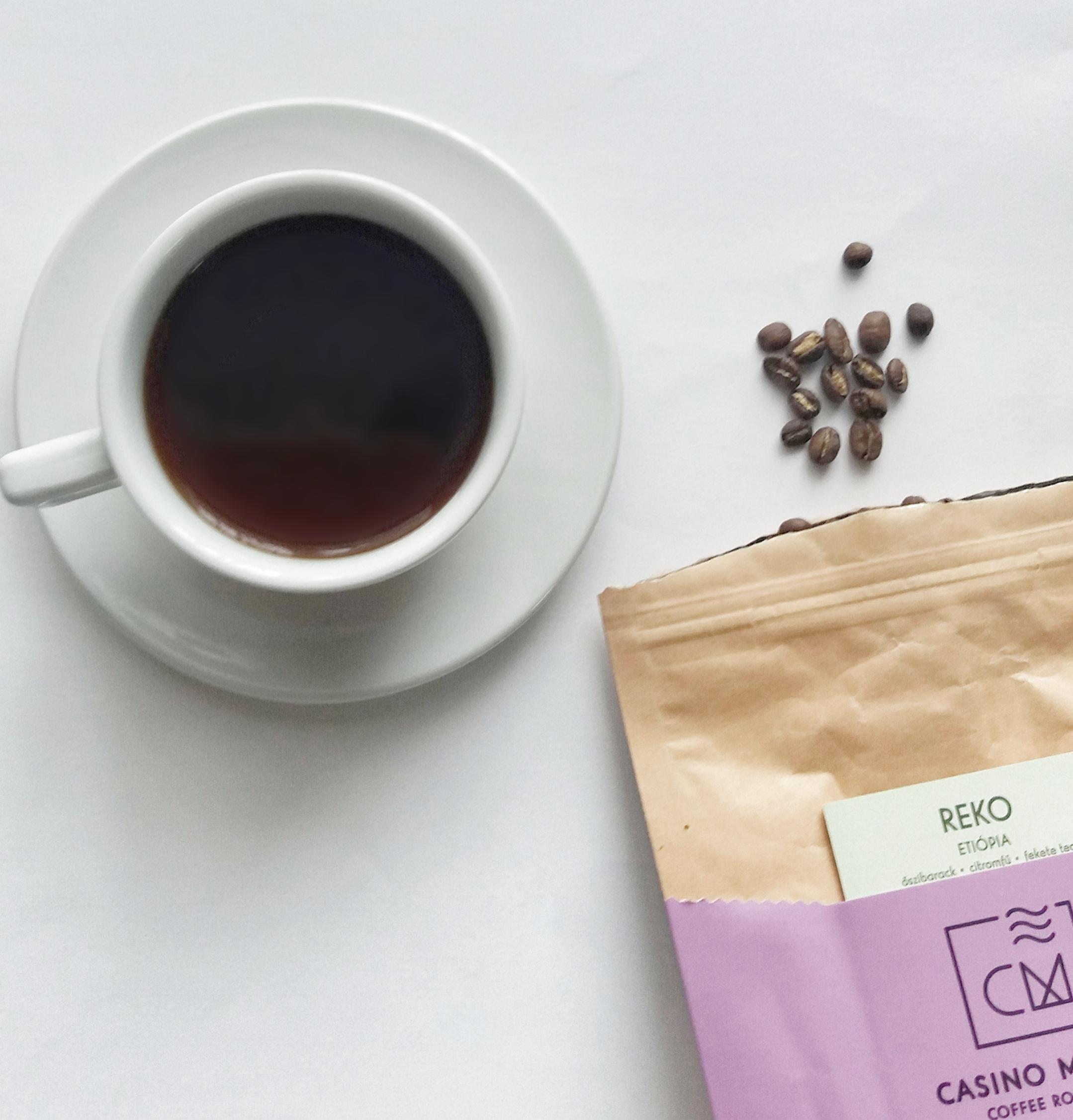 A kávét és a teát is cukor nélkül iszom. -