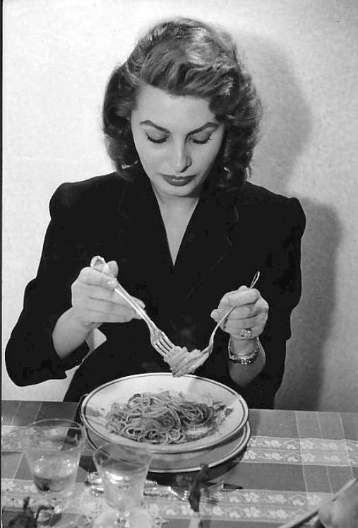 Sophia_Loren_eating_spaghetti_1955.jpg