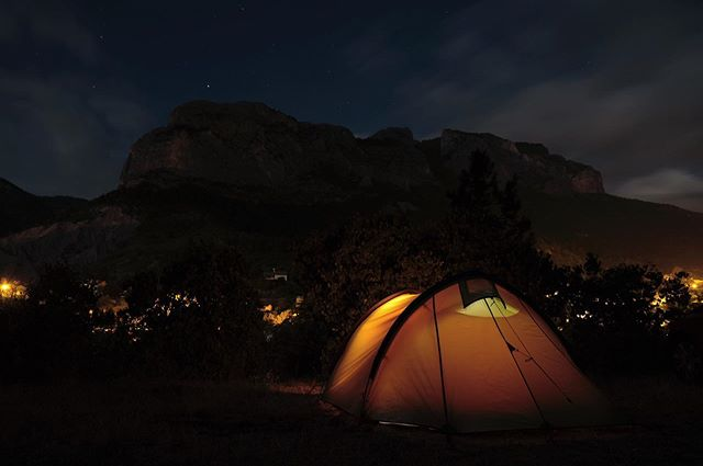 Adventure holiday, rock climbing in Orpierre, France. Thought this gave the feeling of the moment after a hard day climbing with @erline_clarke #adventure #adventurephotography #photography #camping #mountains #photographer #nightsky #fujifilm #fujixt2 #fujiframez #cinematography #cinematographer #rockclimbing #france #wild #silouete #tent #glow #climb #freedom #wonderlust #hauteprovence