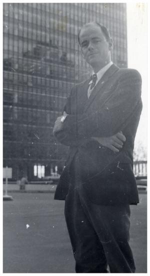 Stig von Bayer utanför FN-skrapan i New York.