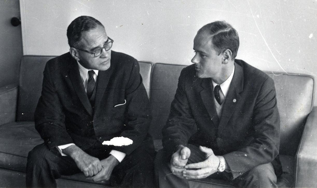 Ralph Bunche (t. v.) i samtal med Stig von Bayer.