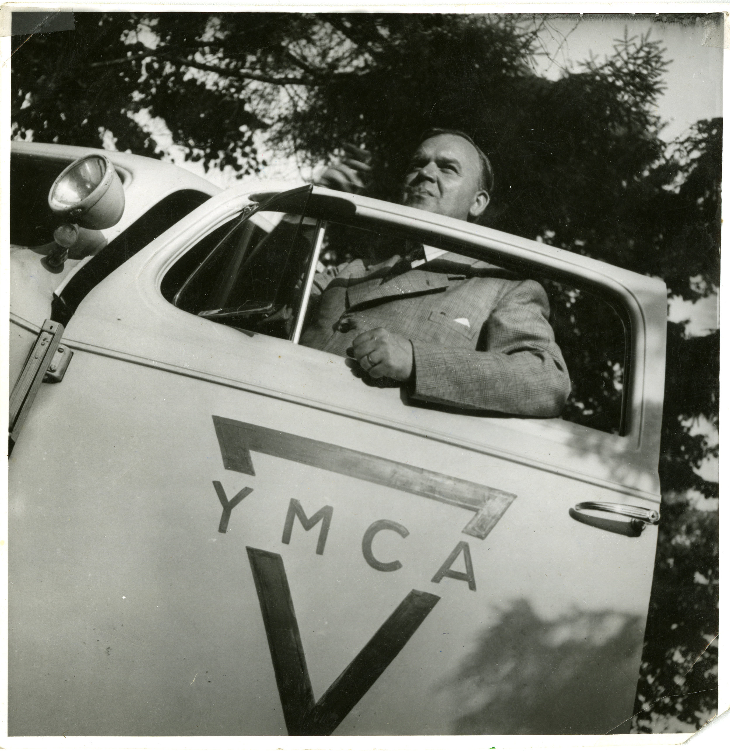 Gösta Lundin vid sin vitmålade Cadillac i Tyskland.