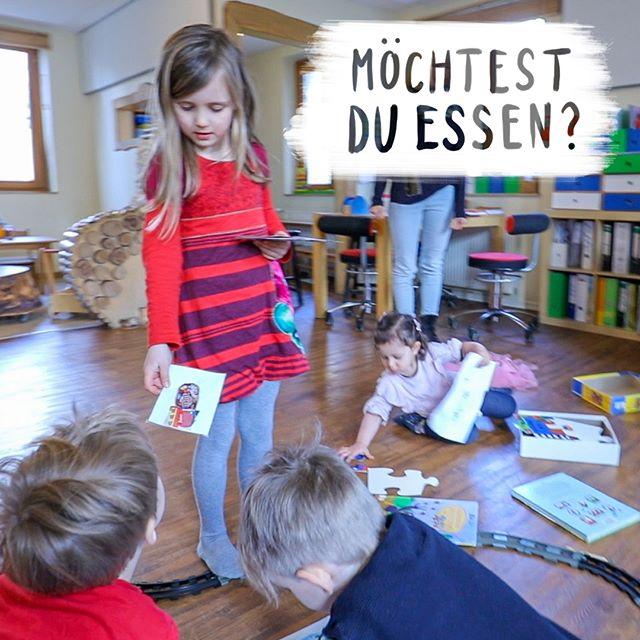 Mit Essenskarten organisieren Kinder in dieser Kita selbst das Mittagessen. Kann das klappen? Nehmt euch einen Kaffee ☕️, macht es euch gemütlich und schaut es euch hier in unserem neuen Film über Partizipation an. Link in der Bio!  –––––––––––––––––––––––––––––––– Hashtag-Gedöns :) #kindergarten #mittagessen #essen #partizipation #erzieherin #eltern #elternblog #mamablog #mamablogger #mamablogger_de #mamiblogger #elternblogger_hh #elternblogger #elternblogger_de #elternbloggercafé #familienblogger #familienblog #erziehung #erziehungstipps #kita #elternsein #pädagogik #papablogger #papablog #mitbestimmung #inspirationen #elternzeit #kinderladen #selbstbewusstsein #selbstbewusst