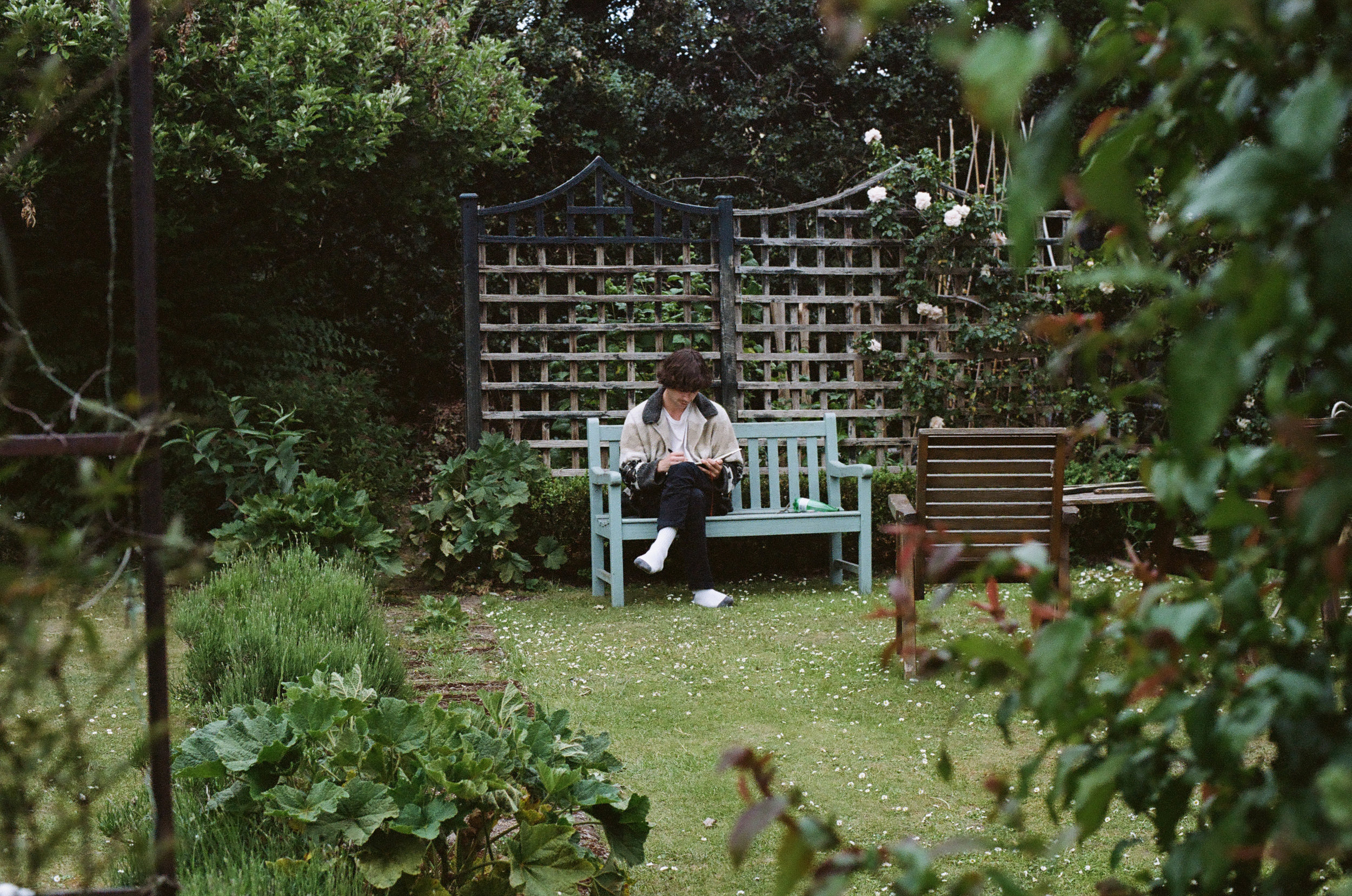 Patton drawing Rory's (tour manager) house in Wimbledon from the view of the garden. Photo by Alec Castillo