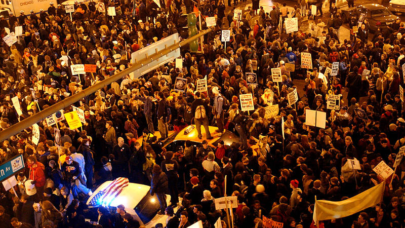 Protesters at the corner of Michigan Avenue and Oak Street on March 20, 2003. Chicago Tribune photo by Charles Cherney