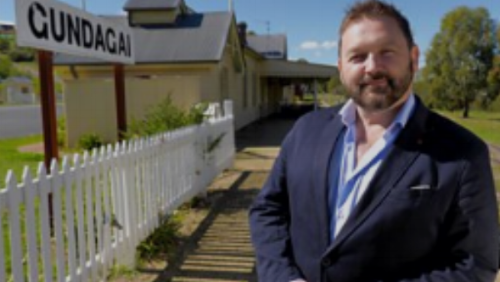 Episode 1   William Crawley explores the legacy of Ulster-Scots men and women who emigrated 'down under.'Beginning in Sydney, he discovers how one of the founding fathers of Australian democracy was the son of a suspected highwayman from Portadown, and meets the descendant of one of a thousand girls sent to Australia from Ulster workhouses during the Famine.