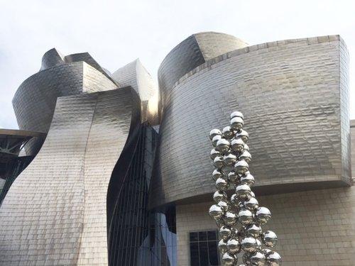 Musée Guggenheim, Bilbao - Symbole du nouveau Bilbao, le Musée Guggenheim Bilbao constitue l'un des projets culturels les plus ambitieux du XXe siècle. La collection permanente du musée renferme fondamentalement des oeuvres des artistes les plus éminents des quatre dernières décennies. Billet d'entrée valable pour la journée choisie. Prix par personne : 19€