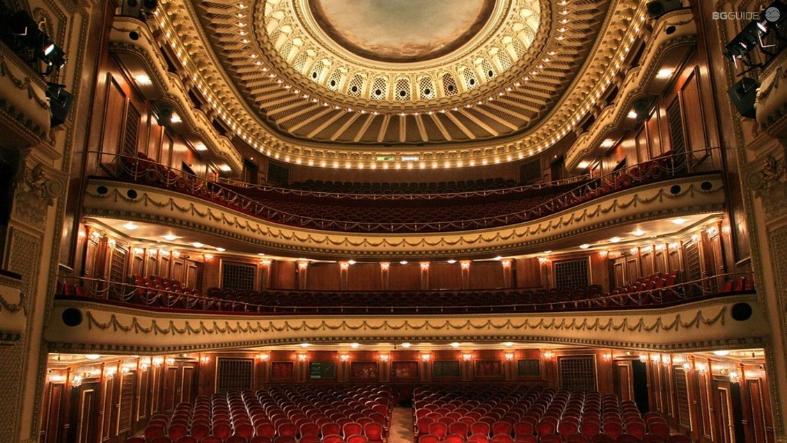 Opéra National de Sofia, Bulgarie - Offering a very complete calendar of operas, ballets and concerts, the Sofia Opera National scene is one of the most prestigious of Bulgaria. It's often, for bulgarian artists, a springboard to then leave work abroad.