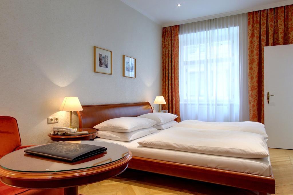 Kaiserin Elisabeth,Vienne - L'hôtel est idéalement situé en plein coeur de Vienne. Une courte promenade vous mènera à tous les sites principaux de la ville, dont la cathédrale Saint-Étienne, l'opéra national de Vienne, la Hofburg, la crypte des Capucins, le musée Albertina, les nombreuses boutiques de la rue Kärntner Strasse et les grands bâtiments de la Ringstrasse. L'atmosphère élégante assurera à votre séjour une expérience inoubliable : des chambres joliment aménagées, un personnel accessible et un somptueux buffet de petit-déjeuner font de cet établissement un lieu unique.