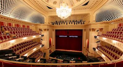 Staatsoper Unter Den Linden, Berlin - Le Staatsoper Unter den Linden est l'un des trois opéras de Berlin avec le Deutsche Oper Berlin et le Komische Oper Berlin. Il se trouve sur la Bebelplatz, le long de la célèbre avenue Unter den Linden au no 7. L'institution a, depuis 1992, Daniel Barenboim pour directeur musical.