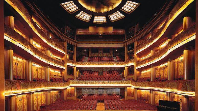 Theatre du Capitole, Toulouse - Institution chère au coeur des Toulousains, le Théâtre du Capitole siège depuis trois siècles dans les murs de l'Hôtel de Ville. Il propose chaque année une vaste sélection d'Opéras, de ballets et de concerts.