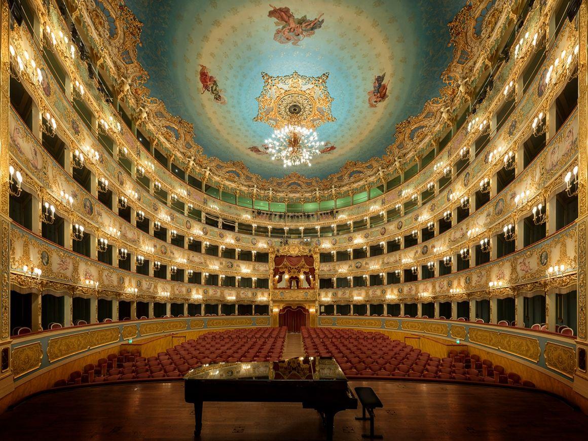 Teatro la Fenice, Venise - La Fenice est un opéra construit à Venise au XVIIIᵉ siècle dans le style néo-classique avec une salle proposant cinq étages superposés de loges finement décorées en rouge et or. Il est, avec la Scala de Milan et le San-Carlo de Naples, l'un des temples les plus prestigieux de l'opéra italien.