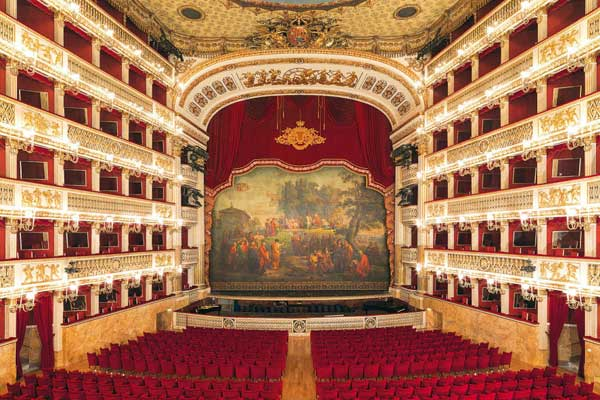 Teatro San Carlo Napoli, Naples - C'est le théâtre le plus important de la ville de Naples, l'un des plus célèbres au monde et l'un des plus anciens théâtres lyriques d'Europe subsistant aujourd'hui, après le teatro Malibran de Venise et le théâtre Manoel de La Valette. Il peut accueillir 1386 spectateurs et compte six étages de loges disposés en fer à cheval, une vaste loge royale et un parterre long d'environ trente cinq mètres.