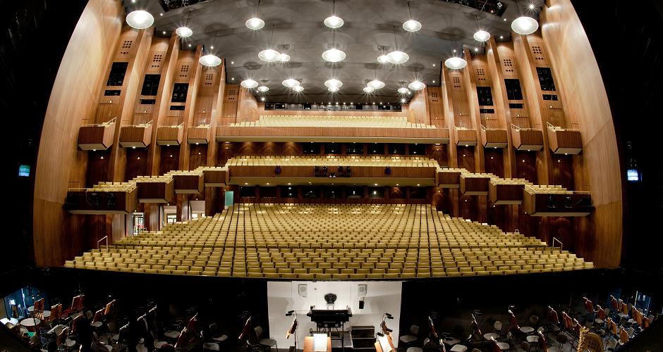 Deutsch Oper Berlin, Allemagne - L'Opéra allemand de Berlin est une salle d'opéra située dans le quartier de Berlin-Charlottenbourg de la capitale allemande. Cette salle de 1865 places est l'un des plus grands théâtres de l'État. Il abrite une compagnie d'opéra homonyme, ainsi que le Ballet national de Berlin.