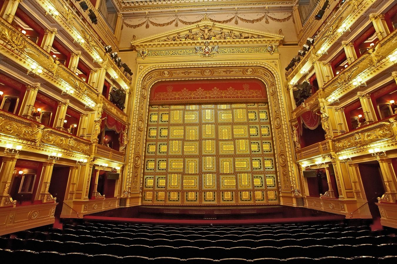National Theatre, Prague - Le Théâtre national (Národní divadlo), situé quai Masaryk à Prague est le plus célèbre théâtre de la République tchèque. Son importance culturelle et symbolique est centrale dans les cent dernières années de l'histoire la nation tchèque en particulier dans la deuxième moitié du xixe siècle lors de la Renaissance nationale tchèque.