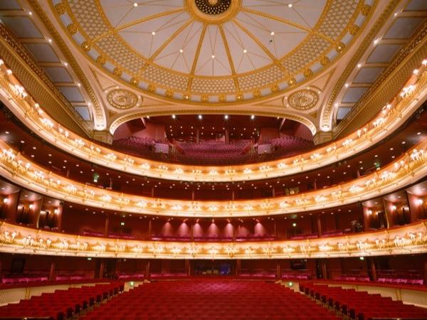 Royal Opera House, Londres - La Royal Opera House est un opéra et un rendez-vous d'art à Londres. Il est désigné également parfois sous le nom de Covent Garden, le quartier où il est situé. Le bâtiment sert de résidence au Royal Opera, au Royal Ballet et à l'orchestre du Royal Opera House.