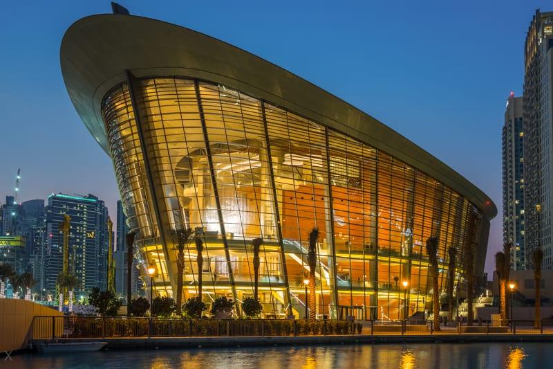 Dubai Opera - L'Opéra de Dubaï est un centre des arts de la scène  multiformats pouvant accueillir 2 000 personnes. Il est situé dans le quartier de l'Opéra au centre-ville de Dubaï. Il a été développé par Emaar Properties pour accueillir une variété de spectacles et d'événements, notamment des pièces de théâtre, des opéras, des ballets, des concerts, des conférences et des expositions.