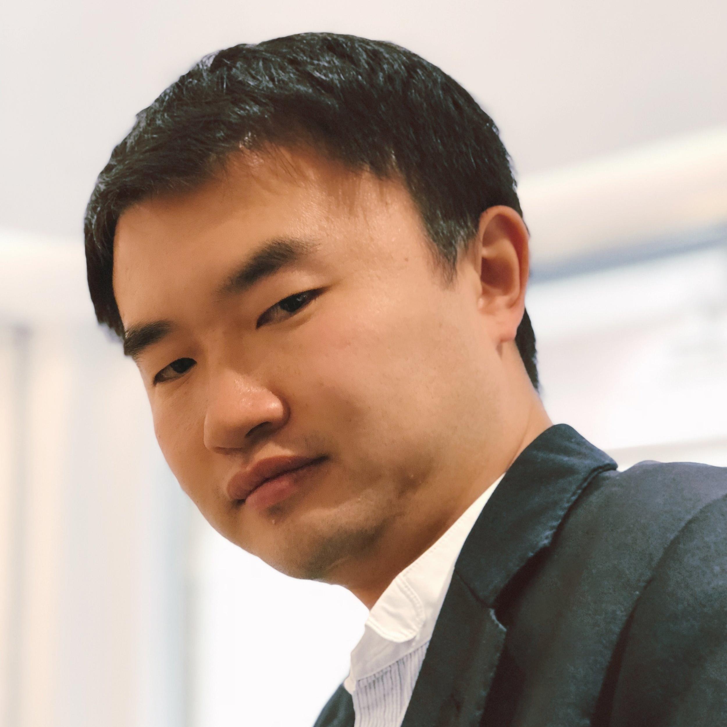 William Fu - Myynnin ja brändäyksen asiantuntijaJia (William) Fu on opiskellut kansainvälistä liiketoimintaa Dalhousie yliopistossa Kanadassa ja valmistui kaupatieteiden kandidaatiksi . Vuonna 2009 hän alkoi työskennelläkaivosyhtiöGolden Ocean Mining Company:n myyntipäällikkönä ja kuusi kuukautta myöhemmin hänet lähetettiin Meksikoon avaamaan uusi toimipiste yhtiölle ja operoimaan sen johtajana. Tämä uusi yhtiö Gold Ocean myy rautamalmia ja kuparia Meksikosta Kiinaan. Vuonna 2010 yhtiön myynti oli 2 miljoonaa US dollaria ja vuonna 2011 myynti kasvoi 6 miljoonaan US dollariin.Vuonna 2011 William siirtyi Hong Kongiin ja työskenteli kansainvälisessäinvestointipankissa Macquarie Bank:ssa ja hoiti osakeannin sekä fuusion kiinalaiselle yhtiölle. Vuonna 2014 hän avasi maahantuontiyhtiö Shenzhen Bilberry Industrial Co. Ltd:n, joka maahantuo luonnonmukaisia, terveellisiä ruoka- ja juomatuotteita Suomesta. Vuonna 2015 hän perusti Pohjolan Mustikka Oy:n Mikkeliin.
