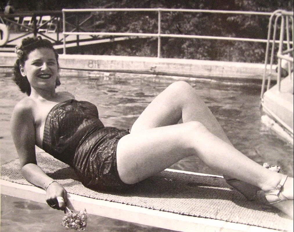 estelle_poolside_bikini.jpg