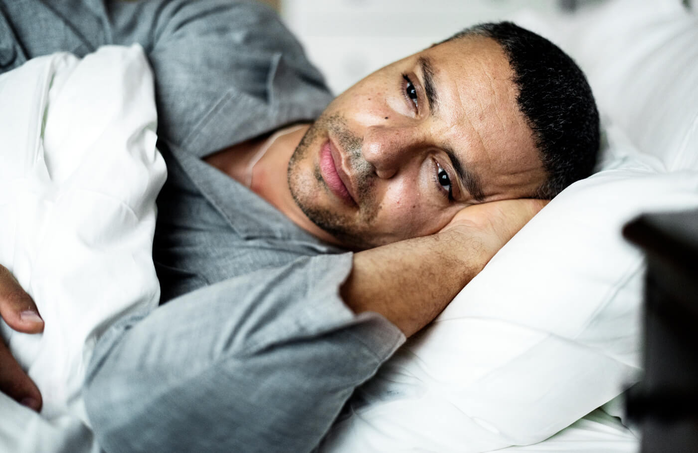 Homem cansado na cama